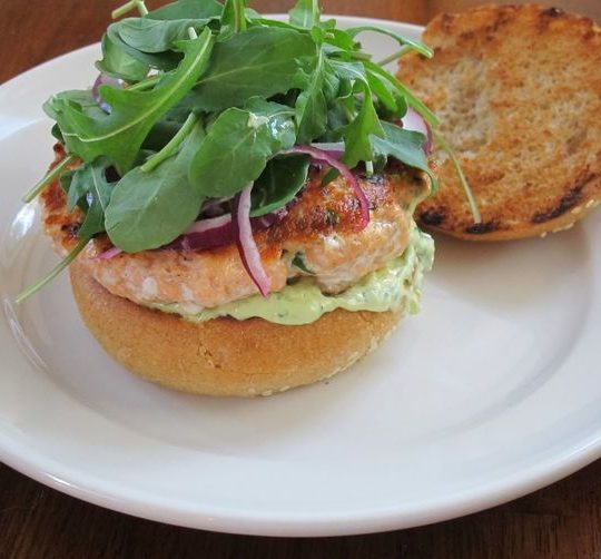 Burger saumon et aïoli avocat